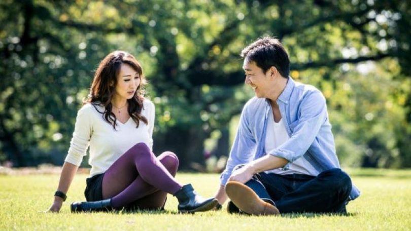 Casal em um parque em Tóquio, no Japão