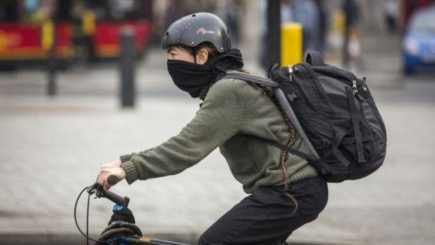 Ciclista usa máscara em Londres