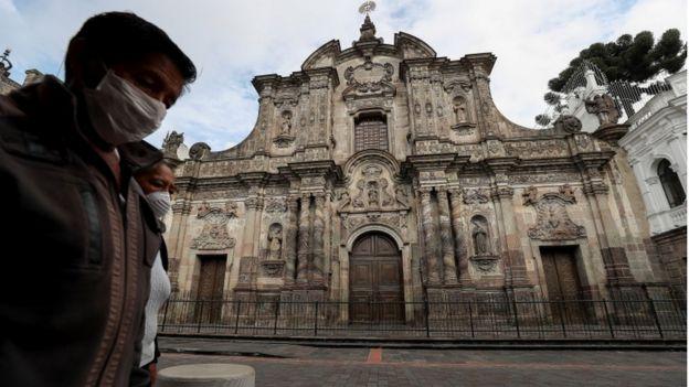 Dos mujeres con mascarillas caminan por las calles de Quito.