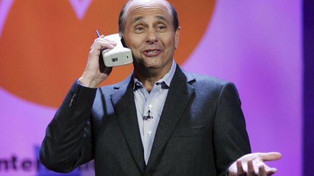 el presidente y CEO de Motorola Inc., Ed Zander, presentaba en broma el Motorola DynaTAC 8000, durante el 2007 International Consumer Electronics Show en Las Vegas, Nevada.
