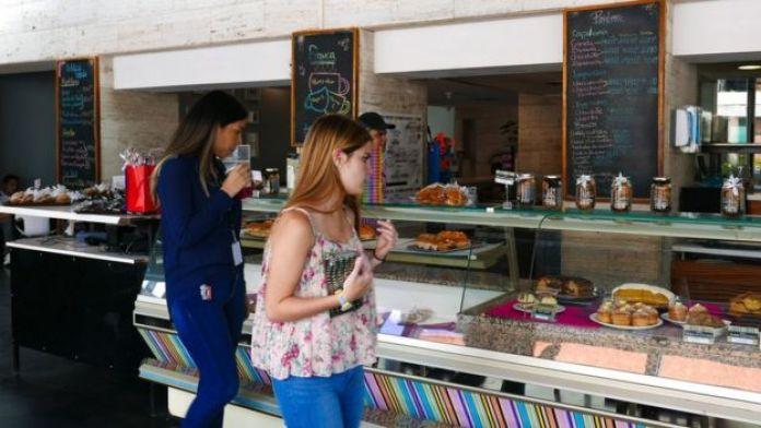 Duas clientes olham as vitrines de um café da rede Franca