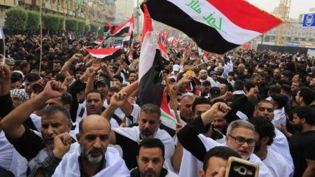 Manifestantes protestam contra a suposta corrupção do governo iraquiano e serviços públicos ruins na cidade sagrada de Karbala em 19 de outubro de 2019