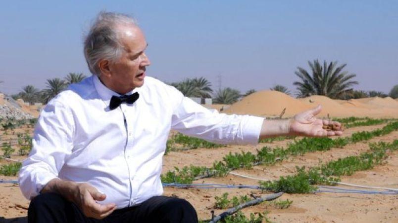 Kristian Morten Olesen em frente a uma plantação feita no deserto
