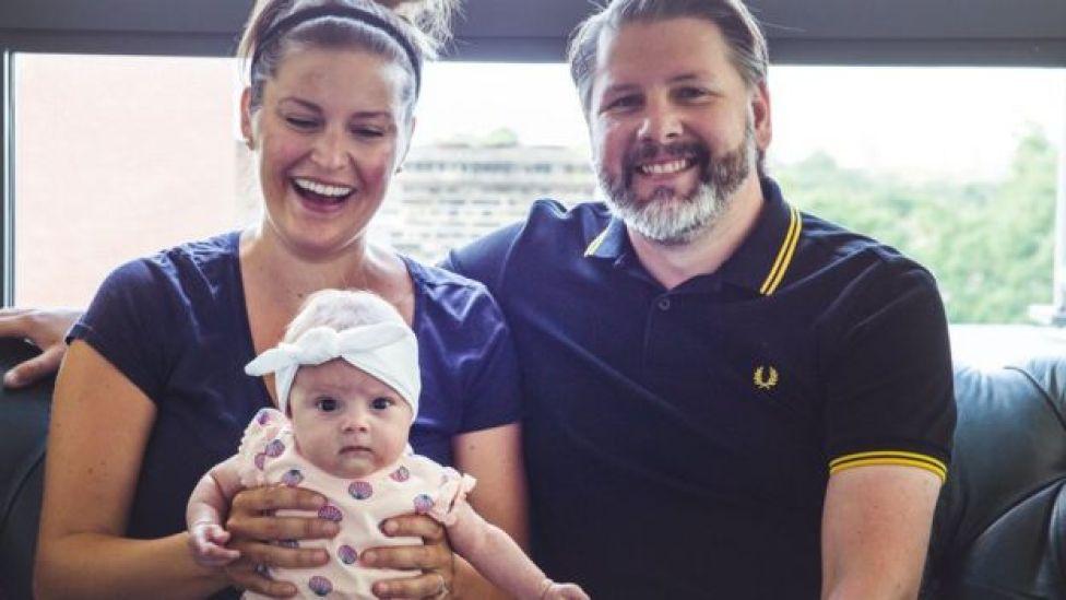 Carly (à gauche) et son mari (à droite) avec leur fille, Ailish