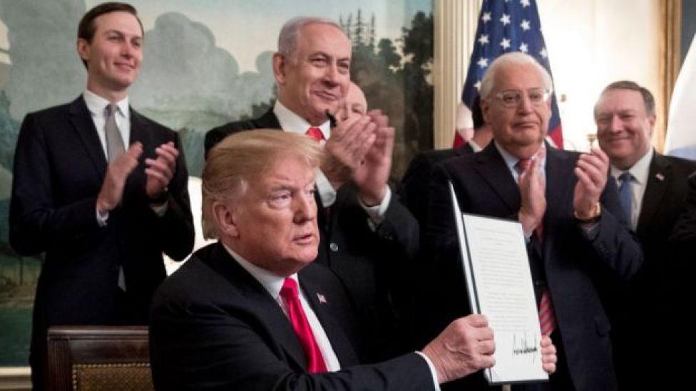 ترامب يبرز مرسوما رئاسيا ومن ورائه يقف كوشنر ونتنياهو والسفير الأمريكي في إسرائيل ديفيد فريدمان وآخرين