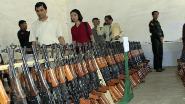 Quân Myanamr trưng bày vũ khí thu được hồi 2009 sau giao tranh với quân Kokang và Karen