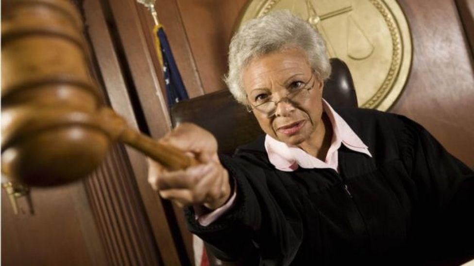 Un juge pointant son maillet