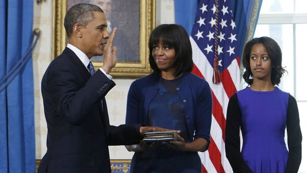 El presidente de EE.UU., Barack Obama (izquierda), la primera dama Michelle Obama (centro) y su hija Malia Obama, en Washington durante la juramentación del cargo en 2013.