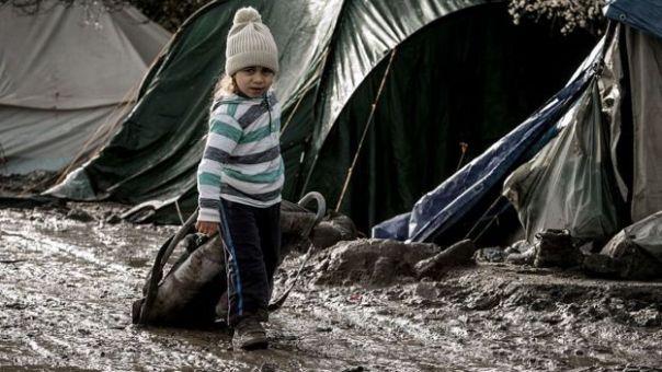 Una niña camina en el campo de refugiados de Gande-Synthe, Francia.
