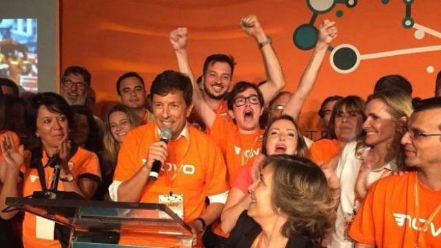 João Amoêdo fala ao microfone