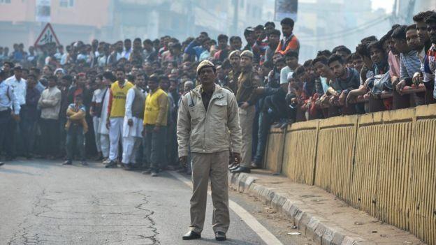 Hindistan'da kurtarma çalışmalarını izleyen kalabalık