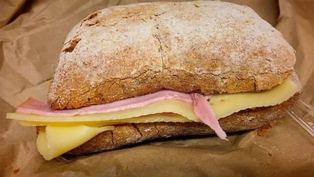 Sanduíche de queijo e presunto