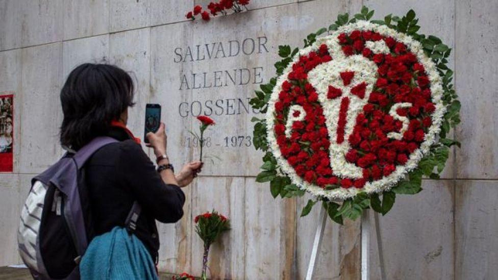Una corona de flores enviada por el Partido Socialista de Chile frente a la tumba de Salvador Allende.