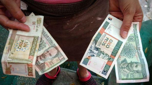 Pesos cubanos y pesos convertibles.