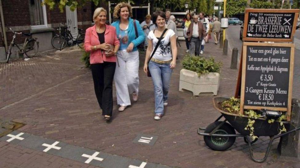 Mujeres paseando por las calles de Baarle.