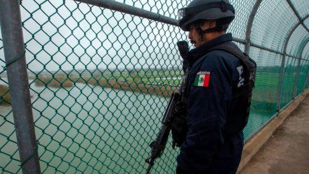 Policía mexicana en la frontera entre Piedras Negras y Texas.