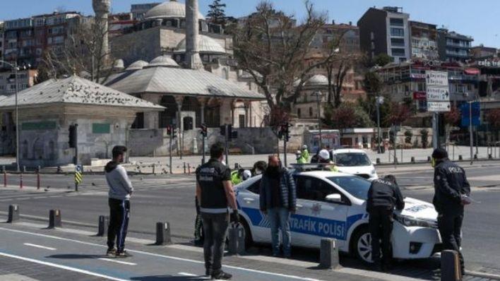 أفراد بالشرطة التركية يتحدثون مع مواطنين في الشارع