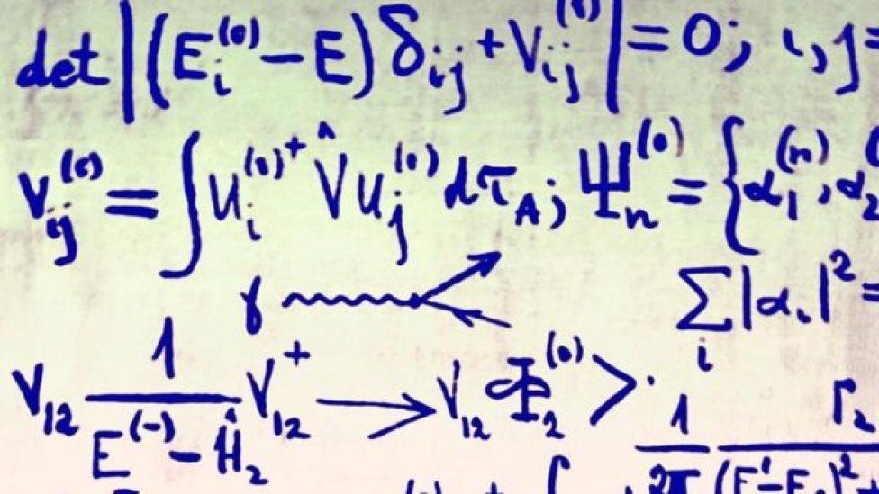 Fórmulas matemáticas en una pizarra