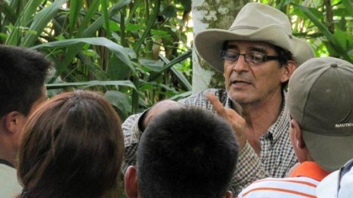 El activista Víctor Zambrano le enseña a los niños
