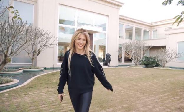 Alexia mostra a mansão da família
