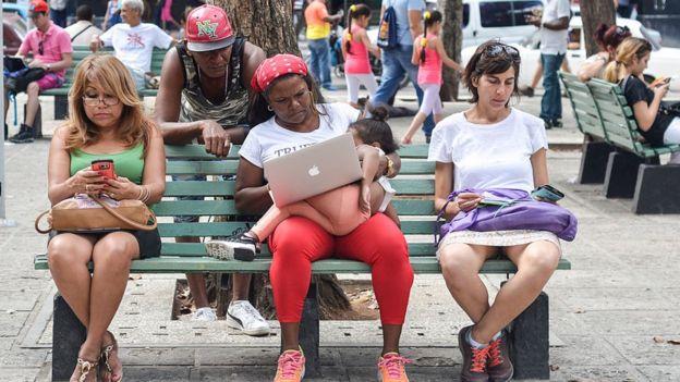 Personas conectadas al wifi en La Habana