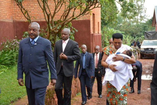 Perezida Pierre Nkurunziza n'umutambukanyi wiwe Denise Nkurunziza ku munsi wa Mungu kw'isengero