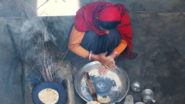 A fumaça interna em países pobres afeta especialmente as mulheres por causa da combustão de sólidos para cozinhar em casa