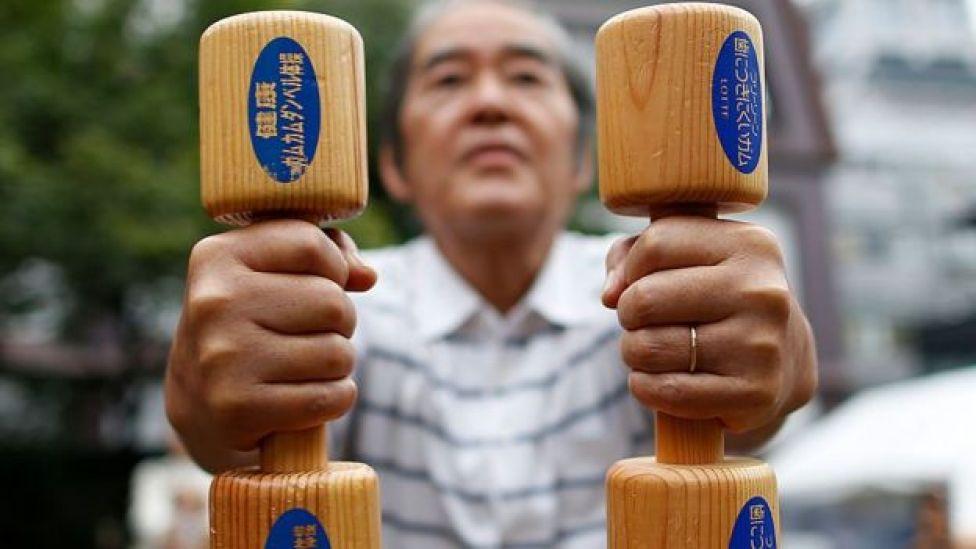 Japonês idoso se exercitando