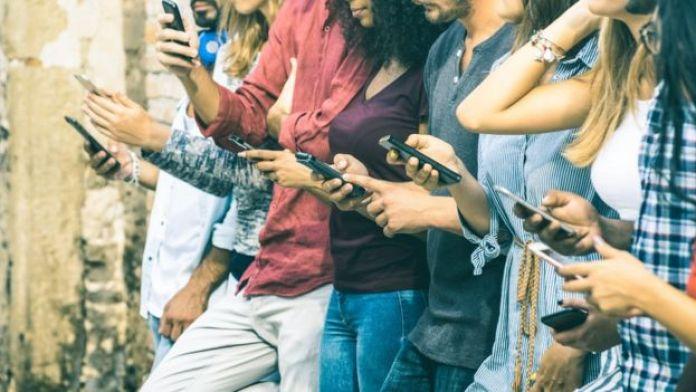 Jóvenes viendo sus celulares