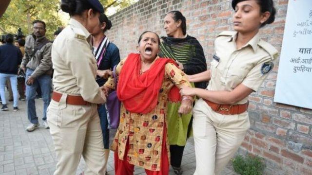Funkcjonariusze policji z Gujarat zatrzymują demonstranta podczas protestu przeciwko ustawie o obywatelstwie wprowadzonej przez rząd Indii przed Indian Institute of Management (IIM) w Ahmedabad w poniedziałek