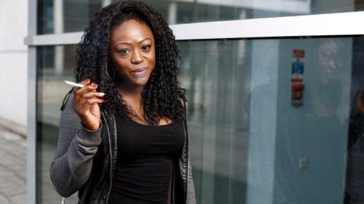 Mujer africana fumando.