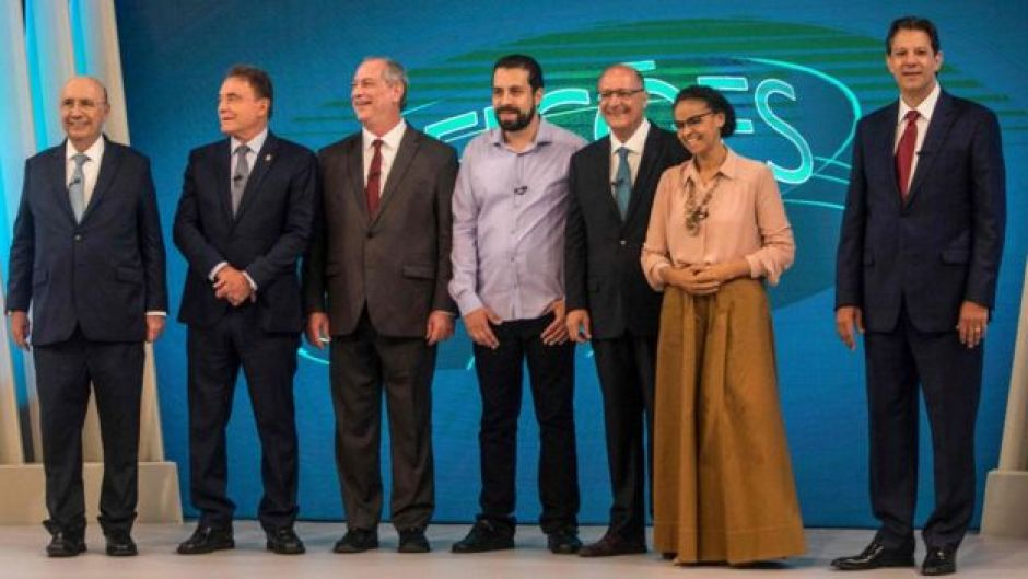Candidatos à Presidência reunidos em debate na Globo, em 4 de outubro. Da esquerda para direita: Henrique Meirelles, Alvaro Dias, Ciro Gomes, Guilherme Boulos, Geraldo Alckmin, Marina Silva, Fernando Haddad.