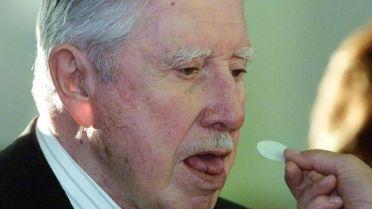 Pinochet comulgando