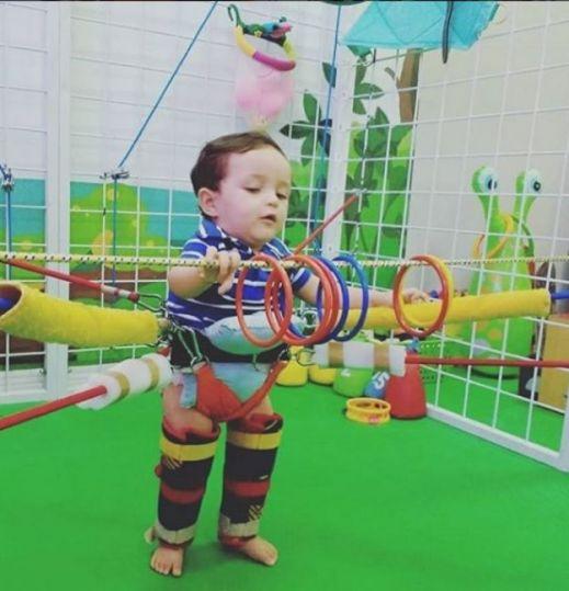 Guilherme, de 1 e 4 meses, em sessão de fisioterapia
