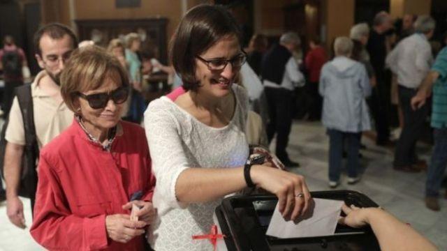 eleitores votando no plebiscito