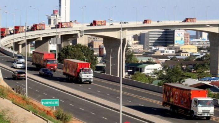 شاحنات تنقل بضائع صينية في موزمبيق