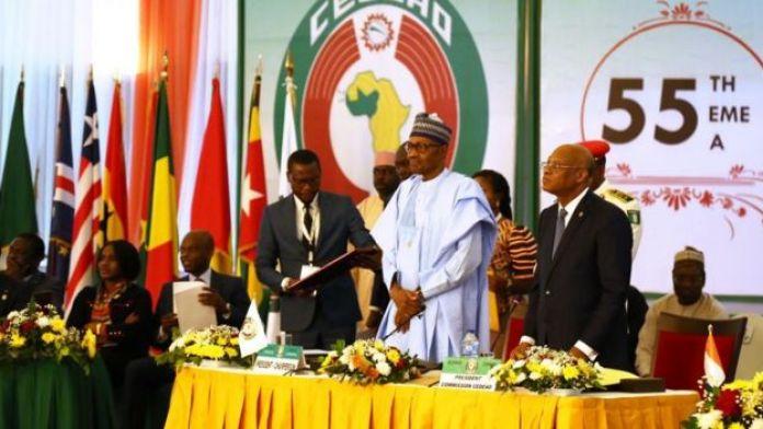 Le Président du Nigeria Muhammadu Buhari (au centre) préside la 55ème session ordinaire de la Conférence des chefs d'Etat et de gouvernement de la Communauté économique des Etats de l'Afrique de l'Ouest (CEDEAO) à Abuja