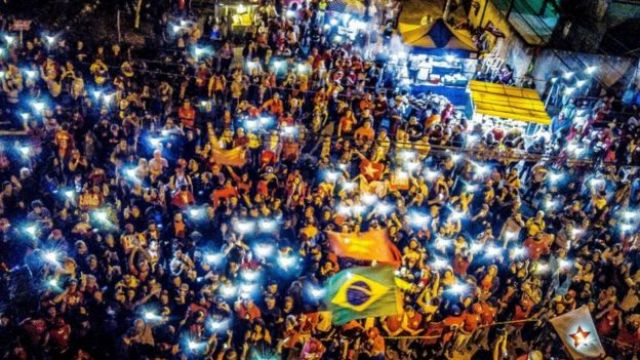 Petistas em vigília em frente à Polícia Federal em Curitiba