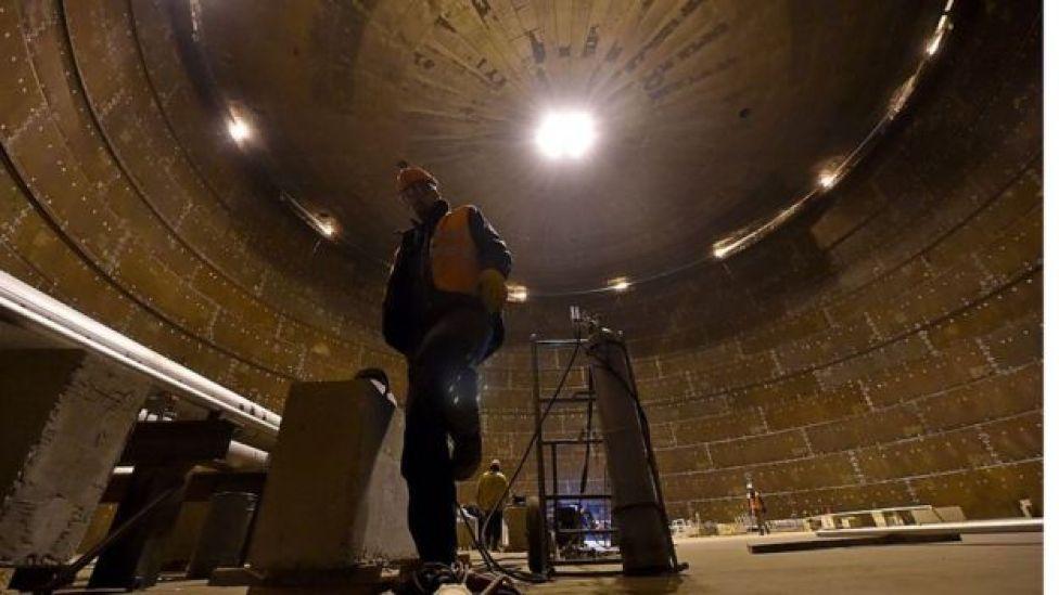 Trabajador dentro de una reserva de gas natural en construcción en el Mar de Kara.