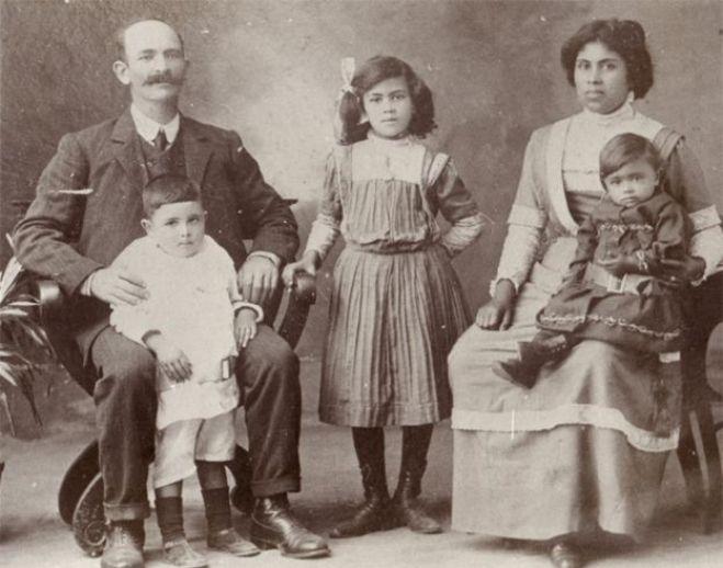 James Francis avec sa femme Christina Leonora et trois de leurs enfants - peut-être Nora, Percival et Mary (sur les genoux de Christina)