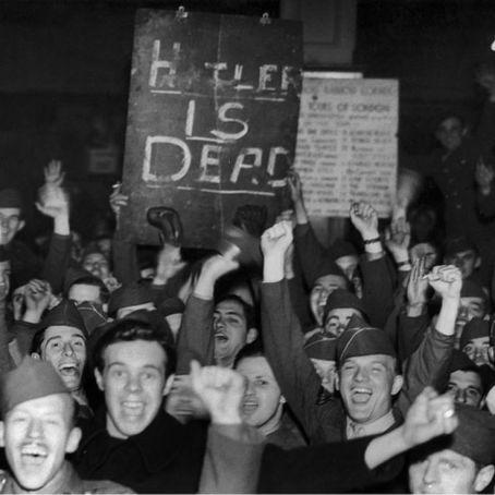Soldados británicos celebran la muerte de Hitler.