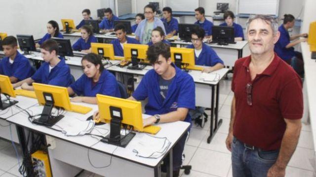 Professor e alunos da Escola Técnica Estadual Frederico Guilherme Schmidt, de São Leopoldo