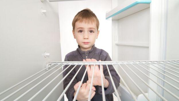 Niño con la nevera vacía-