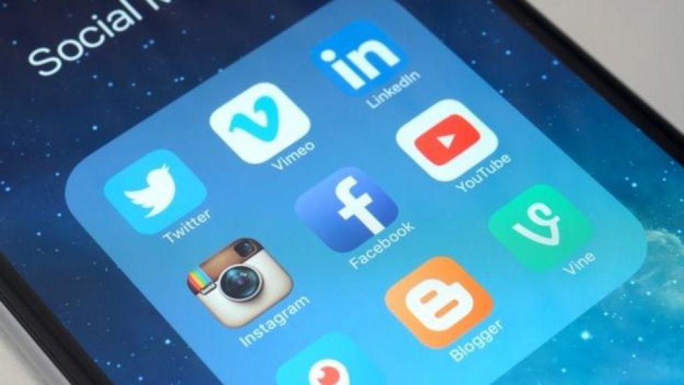 Un teléfono con aplicaciones de redes sociales