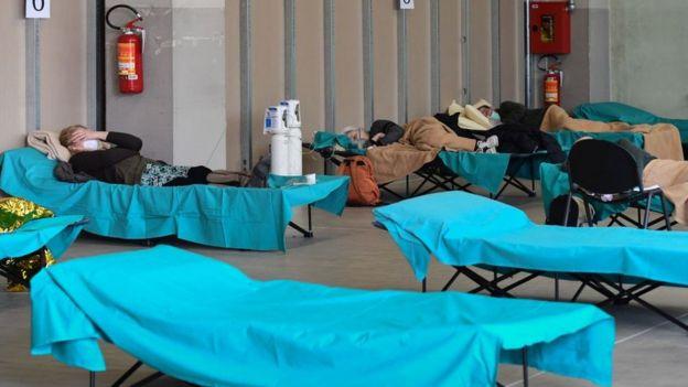 Brescia'daki bir geçici hastane koğuşu.