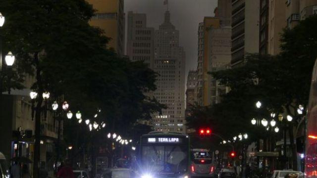 Via de São Paulo repleta de veículos e luminosidade fraca