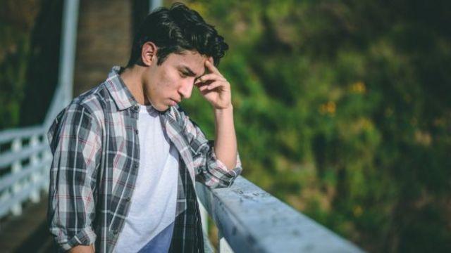 Homem jovem em uma ponte