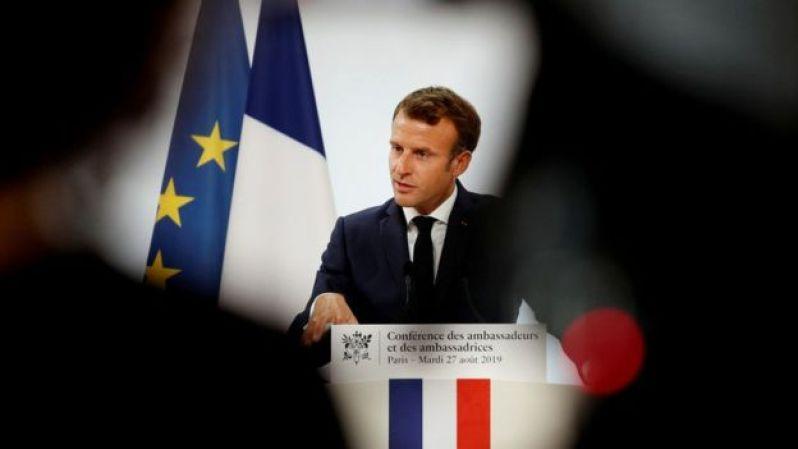 Macron no parlatório, com bandeiras da França e da União Europeia ao fundo