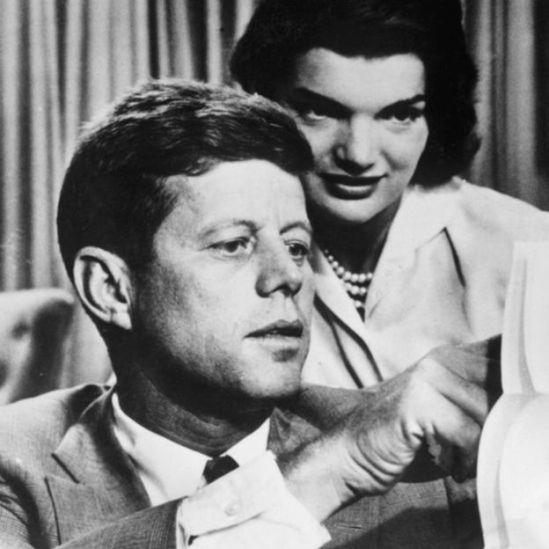 Kennedy y una mujer