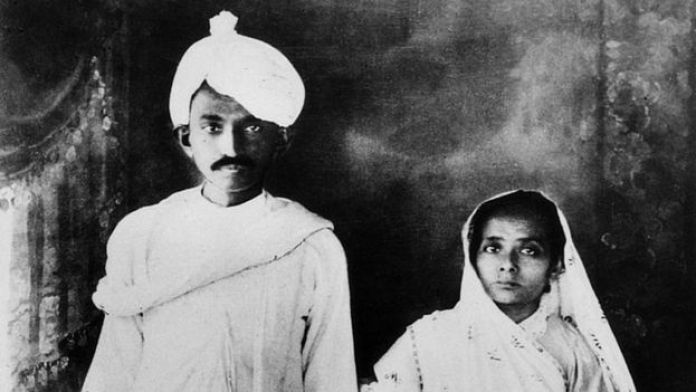 غاندي مع زوجته كاستوربا في الهند عام 1915